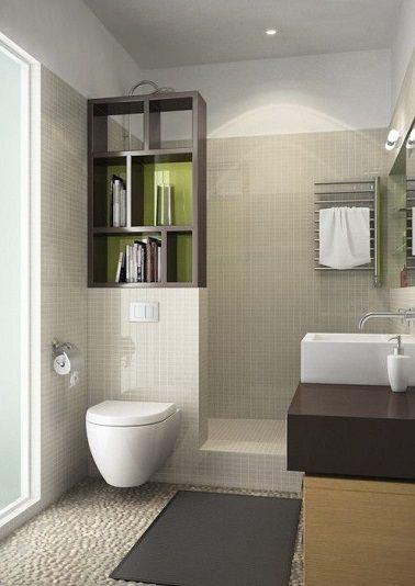 Des tons clairs lumineux pour cette salle de bain compacte.
