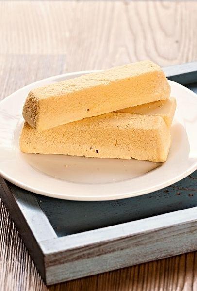 Rakvičky připravené ve formičkách, upečené do křehka, servírované zdobené tuhou šlehačkou nebo různými krémy.