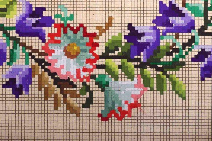HORST - Een mooie expositie over handgekleurde bloempatronen uit de tijd dat het drukken van afbeeldingen in kleur nog niet bestond. Uit een tijd bovendien dat er, na een periode van politieke onrust, burgeroorlogen en terreur in Europa, veel behoefte was aan huiselijkheid en gezelligheid: de Biedermeijertijd (1815-1848). Het borduren van kleurrijke, lieflijke bloemen