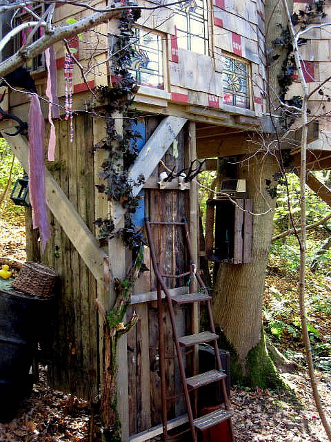Use organic and other nearby materials to create an unique #treehouse.