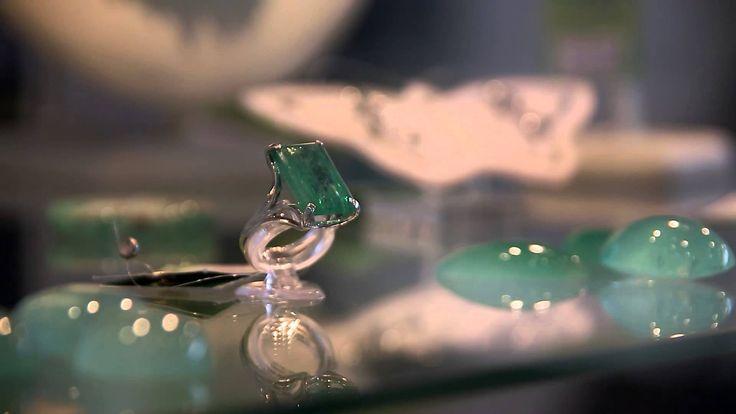 Изысканное сияние благородных камней, гипнотическая игра света, преломление лучей в филигранно отточенных гранях, роскошный цвет, от которого сложно отвести взгляд… Изумруд по праву считается одним из главных конкурентов бриллианта, и едва ли найдется равнодушный, способный устоять перед его эффектной красотой. Неповторимые и неподражаемые Месторождения изумрудов находятся в ряде стран, но не все они могут похвастаться […] http://designersfromrussia.ru/uralskie_izumrudy/