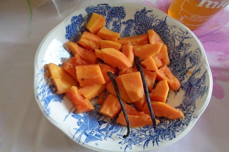 Rhum arrangé papaye : 75 cl de rhum Charrette à 49°, 1 petite papaye mûre, 1 petit verre de miel maison, 1 gousse de vanille Bourbon