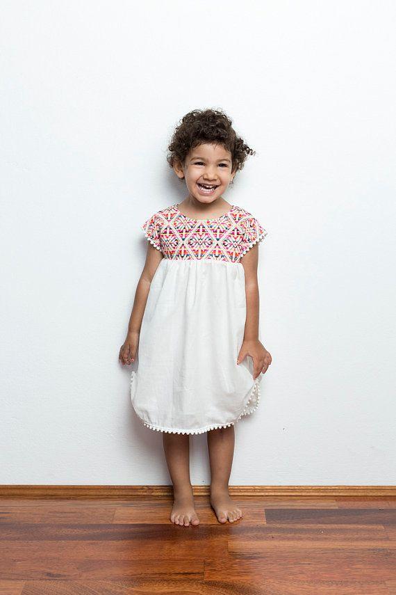Mexikanische Pom Pom Kleid, mexikanische Mädchen Kleid, Vestidos Mexicanos, weißer Baumwollkleid, einzigartiges Kleid, mexikanische Kleidung Kleinkind, Poncho Kleid, Party