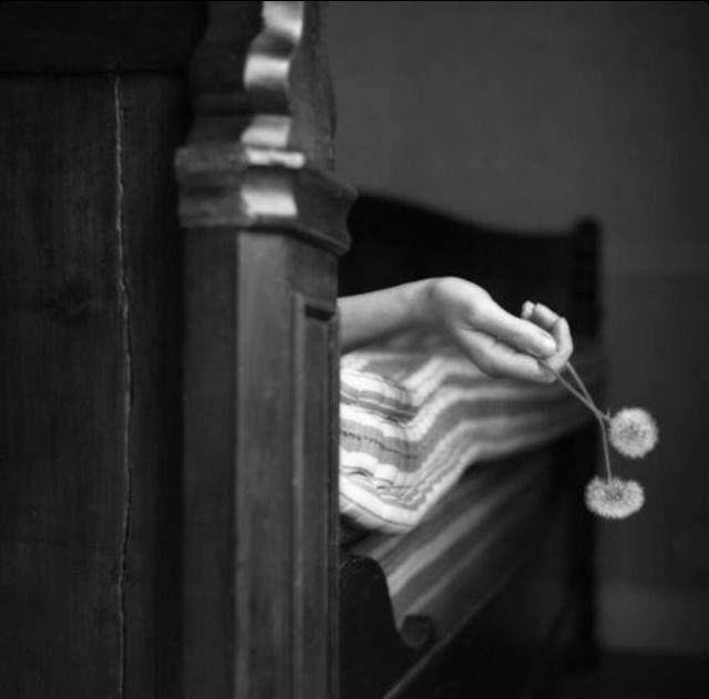 il-vaso-di-pandora-blog:  Potresti anche telefonarmi e dirmi, in un soffio di vita, che hai bisogno del mio racconto: favole di una bimba che legge i sospiri, favole di una donna che ha bisogno di amare. Alda Merini