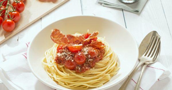 Spaghetti met kerstomatensaus en gebakken Parmaham