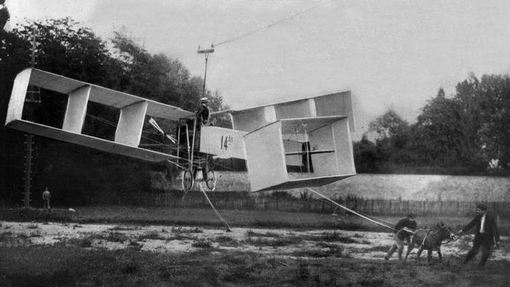 En 1906, Santos-Dumont créé un aéroplane. L'appareil est un biplan du type canard: les ailes en arrière et un long empennage à l'avant avec une seule hélice propulsive. Dès l'été, il réalise des essais dans le parc de Bagatelle. La machine est suspendue à un câble en acier tirée par un âne. L'engin prend le nom de 14 bis.