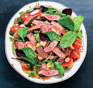 Een rijk gevulde sashimi salade boordevol groentes en met heerlijk gemarineerde stukjes biefstukjes. Om je vingers bij af te likken!