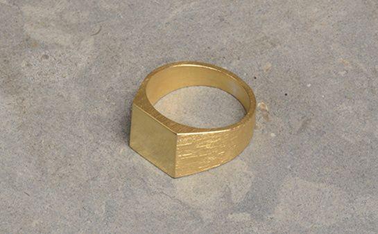 All_Blues chevalière Platform gold http://www.vogue.fr/vogue-hommes/mode/diaporama/chevalieres-bagues-homme-bijoux/20972/image/1109758#!all-blues-chevaliere-platform-gold
