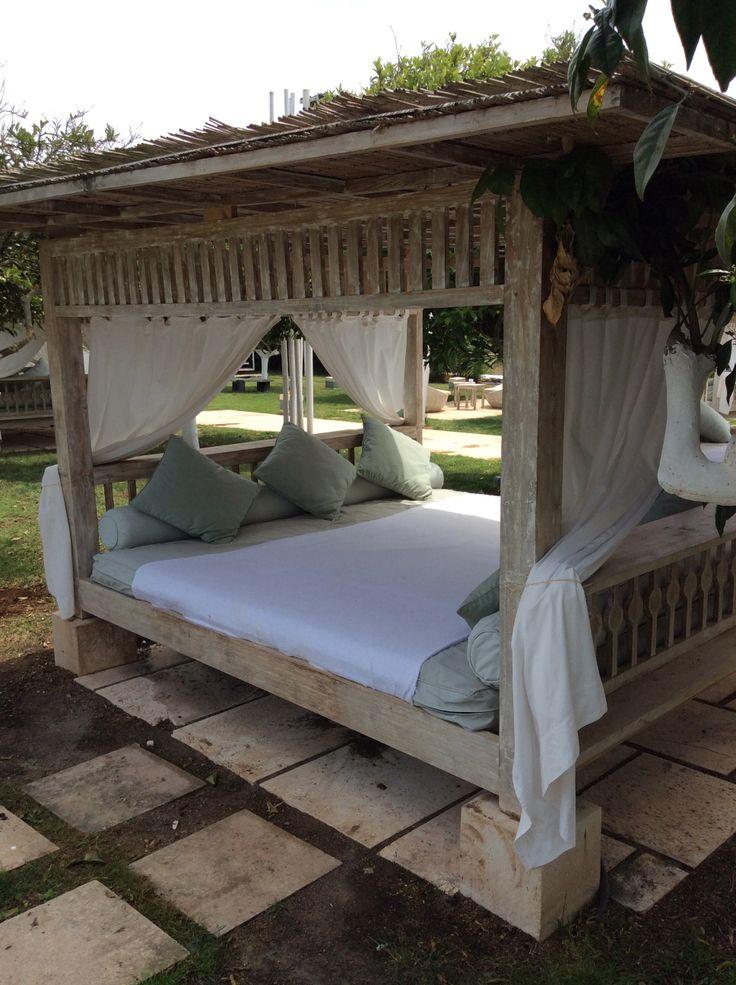 ipv bamboo chill out bali bed under mooie grote sinaasappelbomen. Samen met een eettafel