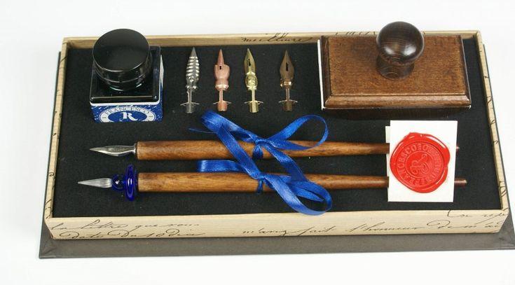 Een geweldige set van het exclusieve Italiaanse merk Rubinato verpakt in een doos die alleen al een lust is voor het oog.In de doos zit: 25cc blauwe inkt, 6 nibs waarvan 1 nib van glas, 2 houten nibhouders en een houten blotter. Deze wordt gebruikt om de inkt sneller te laten drogen.Formaat doos: 24,5 x 9 x 12 cm.Merk: Rubinato