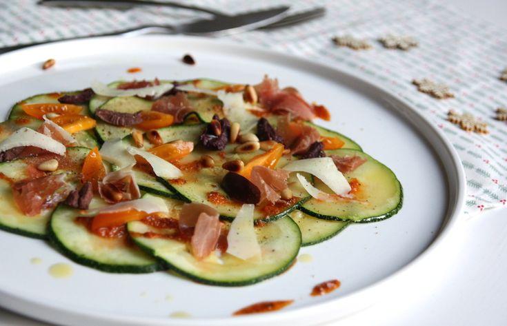 Ben je van plan om een luxe diner op tafel te zetten vanavond? Dan is dit een heel goed recept voor een voorgerecht! Courgette carpaccio met Serranoham!