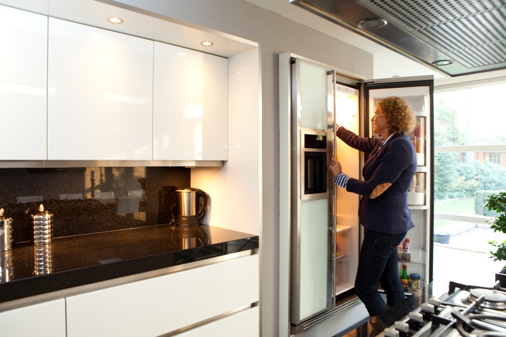 Wel zo handig. Een vrijstaande dubbeldeurs koelkast op hoogte geïntegreerd in een wand en omkadert met panelen. Het Keukenbureau Harderwijk