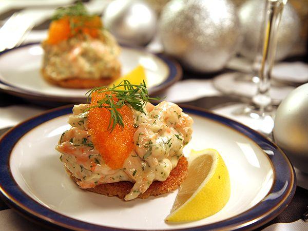 Toast skagen är en klassisk förrätt på årets festdag - nyårsafton. Tommys variant görs med hemslagen majonnäs, pepparrot och löjrom.