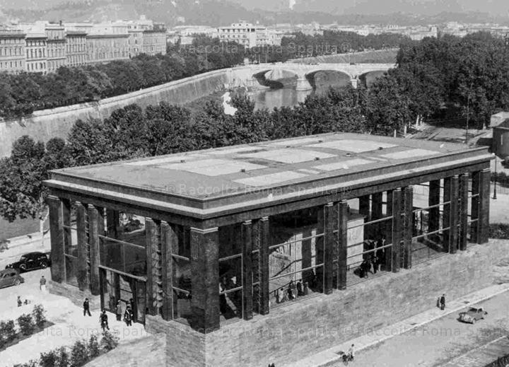 Foto storiche di Roma - Piazza Augusto Imperatore - Veduta aerea del padiglione dell'Ara Pacis. Si nota ancora incompleto, il muro delle Res Gestae.