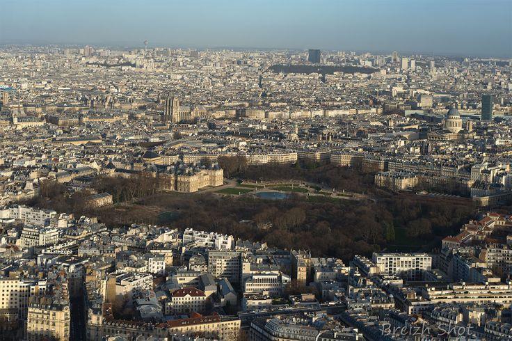 Le jardin du Luxembourg et le cœur de Paris vu depuis la terrasse de la Tour Montparnasse.