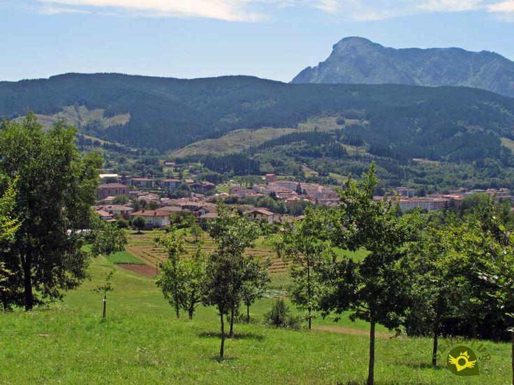 Elorrio está situada en la parte alta del amplio valle del Ibaizabal conocido con el nombre de Madura, rodeada de escarpadas y bellas montañas presididas por el macizo calizo del Udalaitz y atravesada y regada por las aguas del río Zumalegui.