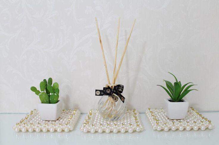 Esteira de pérola com borda de strass.  Dimensões: 13,5x13,5cm  Ideial para decoração com difusores e vasos nos ambientes.