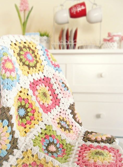 Granny square crochet blanket via Hopscotch Lane
