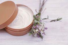 Receta de crema corporal de chocolate blanco Para hacerla necesitarás: 1 taza de manteca de cacao, 1 taza de aceite de coco. Crema para despues de la ducha