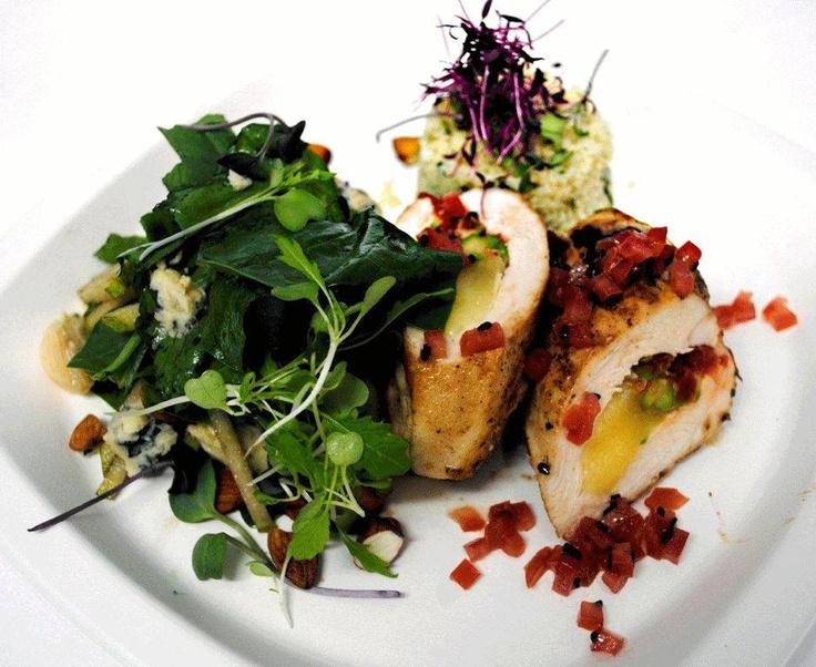 Nuevo plato Natural Delivery deliciosa pechuga de pollo rellena acompañada de ensalada con sésamo negro, trigo con limón y cilantro.
