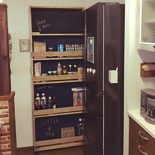 家族の キッチン ダイソー黒板塗料 冷蔵庫横 ストッカー すきま収納 隙間収納diyについてのインテリア実例 冷蔵庫横の隙間にスト 2016 07 24 17 39 45に共有されました 冷蔵庫横 収納 整理整頓