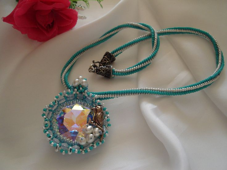 Madárfészek:Swarovski  kristály 27mm, ezüst Harkálymadárral, és édesvízigyönggyel díszítve.Tervezte és készítette: Margóczi Rózsa