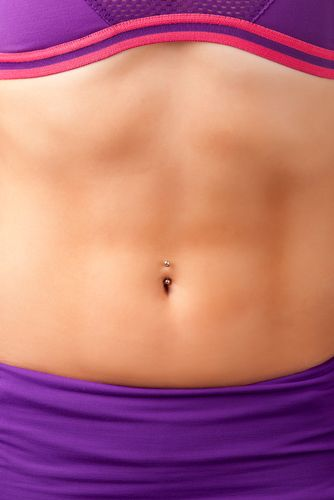 5 Common Reasons Women Experience Abdominal Bloating. Do you experience belly bloat after eating a meal? Between 15 and 30% of people do and it's more common in women. This article identifies five common reasons women experience tummy bloating after a meal.