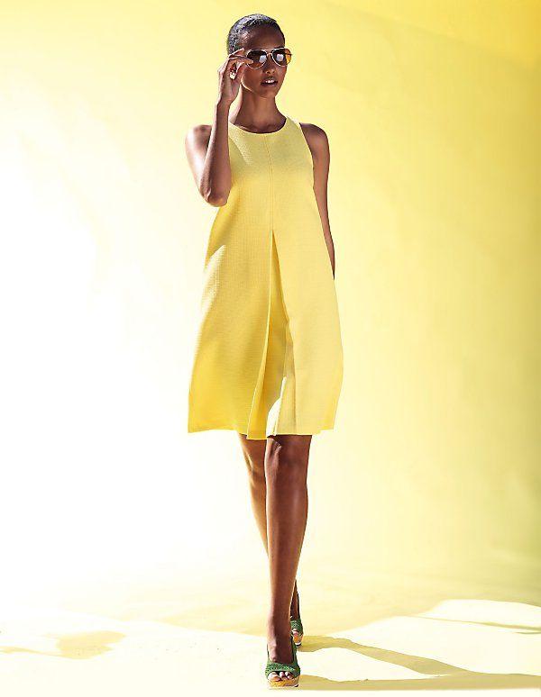 Das Sommerkleid in der Trendfarbe Gelb zaubert durch seine A-Linie eine feminine Silhouette.