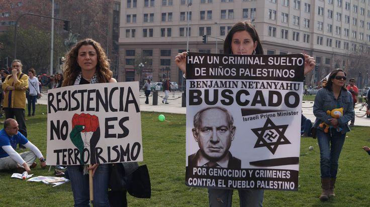 Frente a La Moneda , palacio de Gobierno de Chile, la comunidad Palestina manifestó su rechazo a la guerra contra la franja de gaza , y solicitó romper relaciones diplomáticas con Israel .