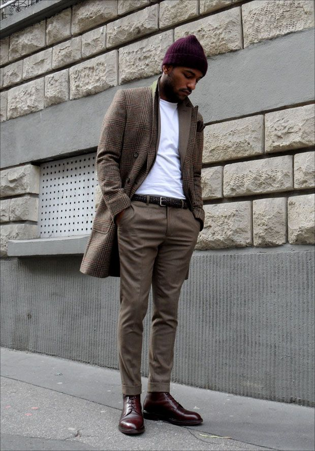 Smart outfit with casual touch, tee-shirt and cup. The boots are amazing