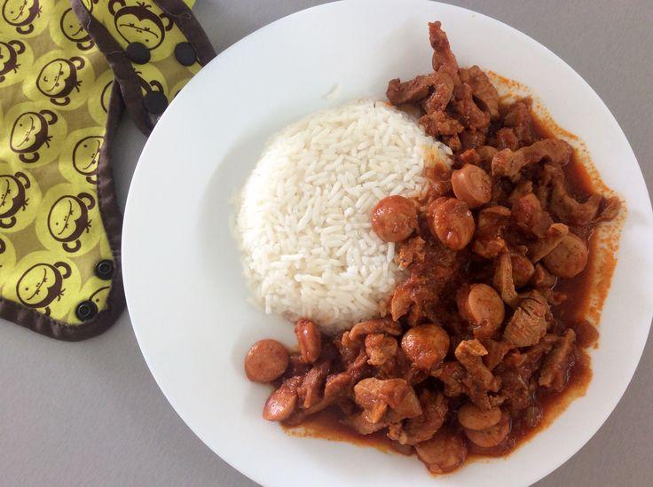 Vepřové maso po debrecínsku (na cibuli a mleté sladké paprice, s párkem), rýže + okurky