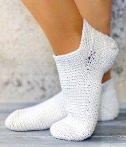 Белые носочки, связанные крючком от мыска