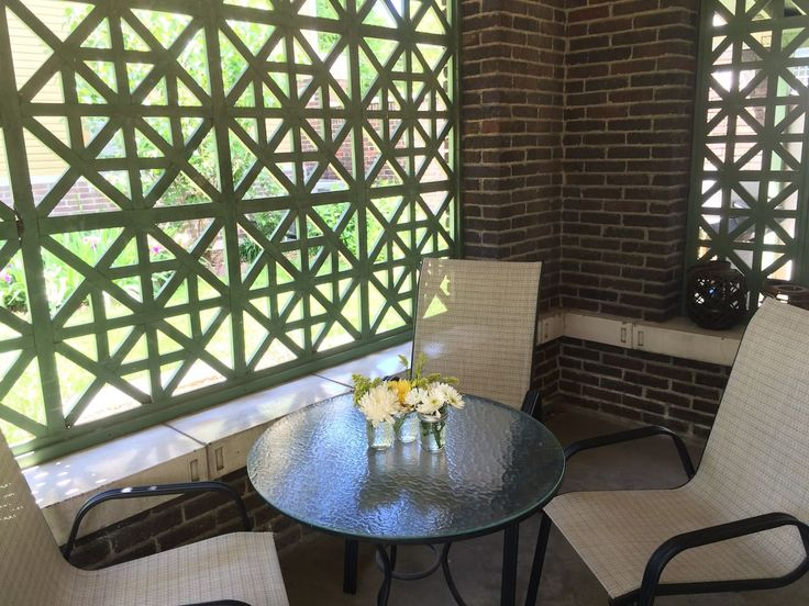 House in Lincoln, United States. Our one bedroom carriage house is located on beautifully landscaped grounds alongside a Queen Anne mansion built in 1884.  Walk or bike one mile to Lincoln's vibrant downtown offering a variety of eateries, entertainment, and shopping.   Pricing: ...
