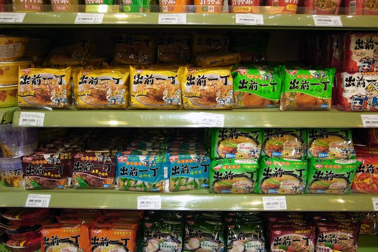 在眾多 #即食麵 品牌中,#公仔麵 定位為中高檔路線,其主要競爭對手為日本日清食品推出的 #出前一丁;1989年日本日清食品品株式會社收購永南食品,永南成為日清食品的附屬公司,「公仔」品牌依然被繼續使用,並推出公仔點心等產品發展中國市場。與出前一丁不同之處是裡面有醬包。