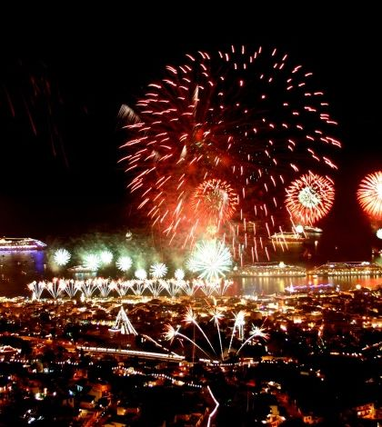 New Year's Eve Festivities in Madeira Island - New Year's Eve - With the amphitheatre of Funchal fully lit up, the stage is set for an unforgettable show. A dazzling night, that incites