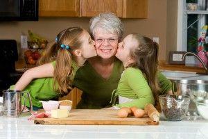 """Gătiți împreună! Cum am fi putut uita, că, așa cum spunea și Rudolph Giuliani, """"bunicii le oferă o dragoste necondiționată de nimic, bunătate, răbdare, umor, confort și lecții despre viață. Și, cel mai important, prăjituri."""" Așadar, arătați-le celor mici cum e în bucătărie cu bunica și bunicu. Cât timp așteptați mâncarea să fie gata, puteți să plecați în călătoria din jocul """"Orășelul Emoțiilor""""."""