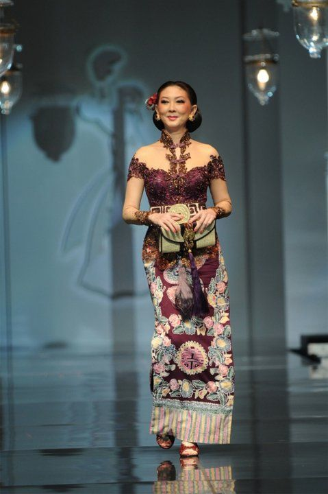 Kebaya modern, kebaya inspiration : LOVE the BATIK sarong, the neckline, the colour!