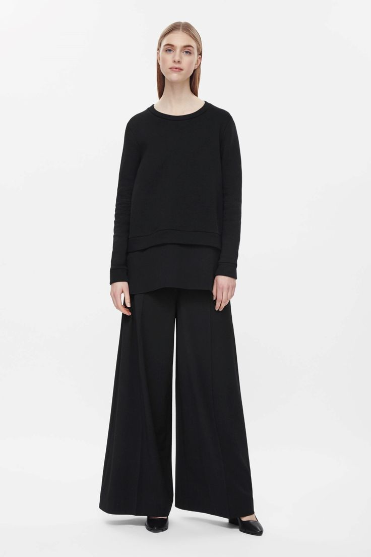 This sweatshirt has a relaxed fit with a silk panel at the hemline. Made from cotton jersey, with a soft fleecy interior, it classic round neckline, long sleeves and tightly ribbed cuffs.