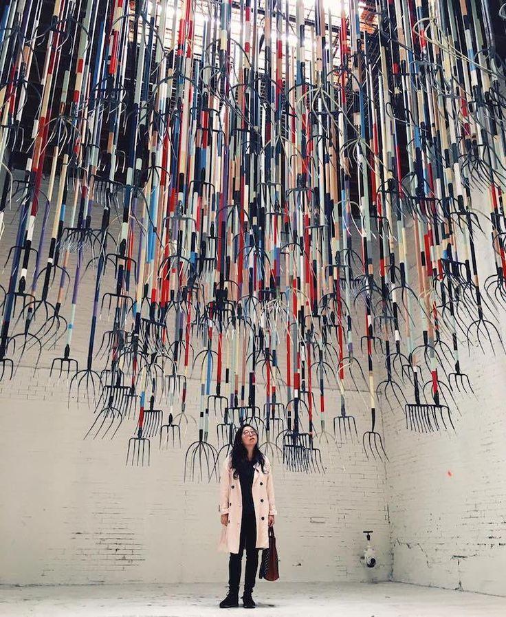 Réputé pour ses peintures à l'huile expressives, l'artiste britannique Simon Birch, basé à Hong Kong, présente son dernier projet dans un entrepôt de Los Angeles.