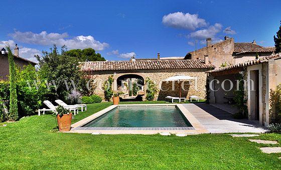 Location d'un mas avec piscine chauffée pour des vacances à Maubec