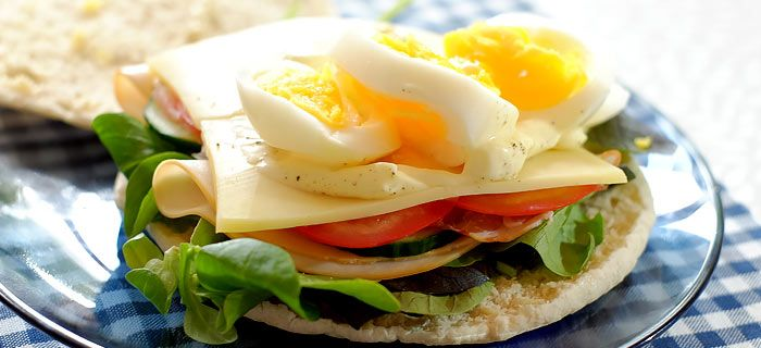 Deze heerlijke pita sandwich met kip, bacon, kaas en ei staat in een kwartiertje op tafel. Lekker als lunch, hier vind je mijn recept.