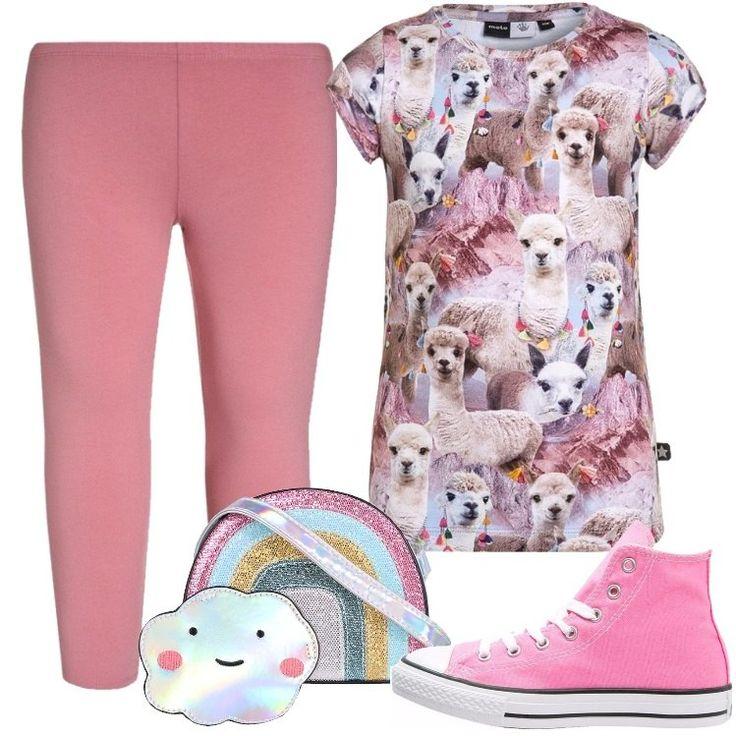 L'outfit è composto da una T-shirt con stampa, con scollo tondo, un paio di leggings rosa a vita normale, un paio di sneakers alte rosa e da una borsa a mano.
