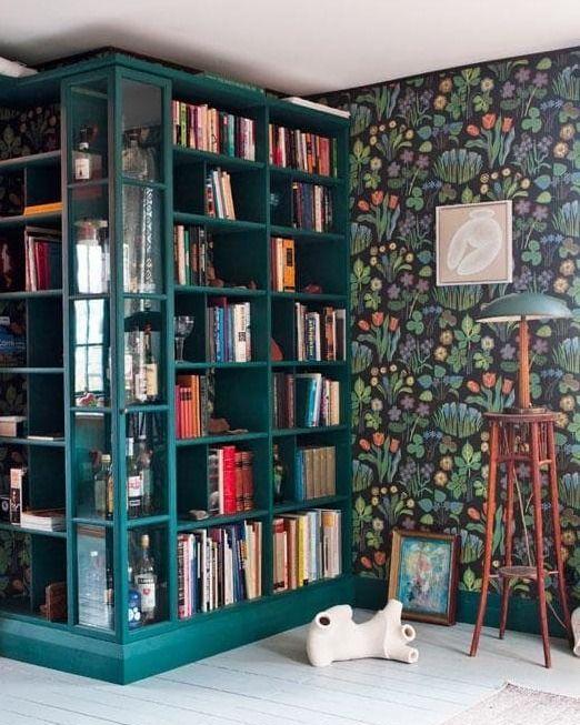 Mörka och färgsprakande tapeter. Gärna i mellanrum, bibliotek, hallar eller delar av vardagsrum. Här ser vi Josef Franks tapet vårklockor, en klassiker.