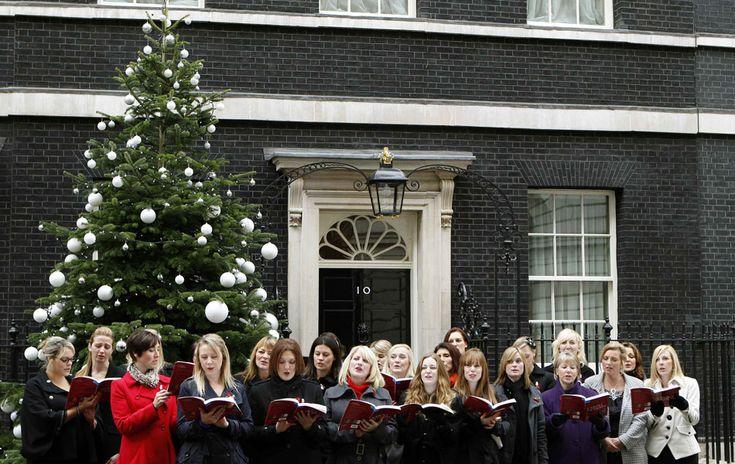 6 de dezembro - Coral de esposas de militares se apresenta em frente ao número 10 da Downing Street, residência oficial do premiê britânico ...