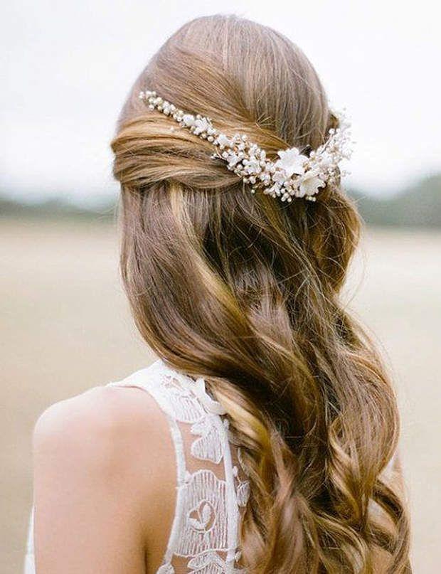 Les 38 meilleures images propos de couronne de fleurs sur pinterest fleurs de cheveux fleur - Coiffure semi attache ...
