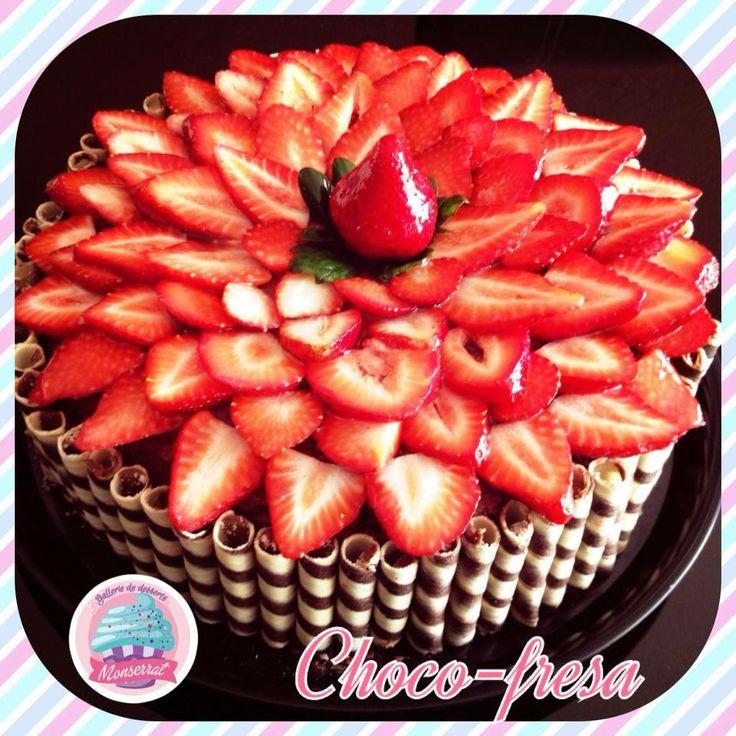 Un hermoso pastel ademas delicioso pastel de chocolate relleno de mermelada de fresa y - Decoracion con chocolate ...