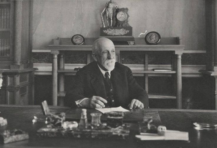 Δημήτριος Καμπούρογλου, ιστοριοδίφης, λογοτέχνης, δικηγόρος, ποιητής και ακαδημαϊκός, φωτογραφίζεται το 1935 από τη Nelly's.