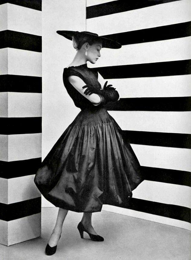 Le style du taffetas noir, L'Officiel #361, 1952.  Photographer: Philippe Pottier.  Balenciaga, Spring 1952.