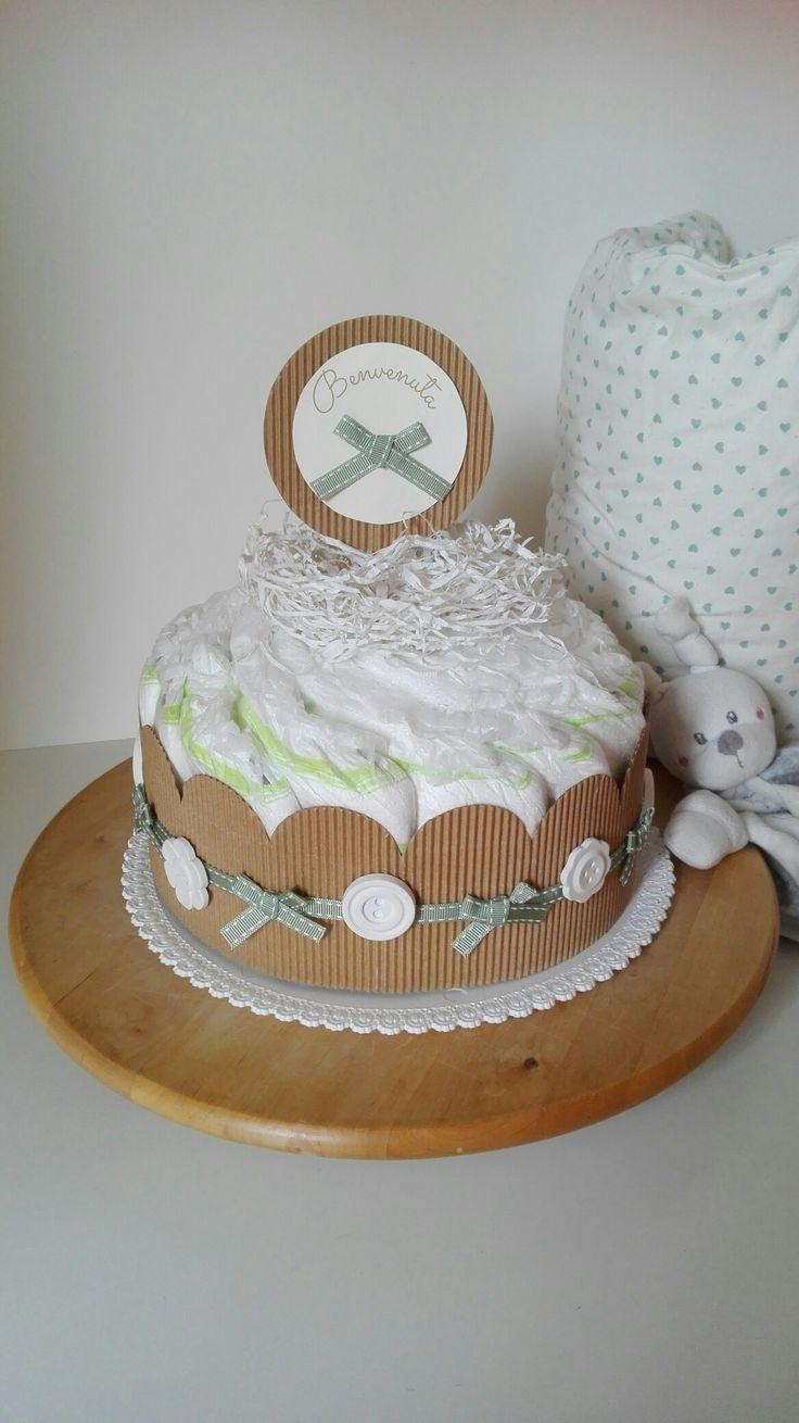 Bottoni candidi e nastro verde salvia per questa torta tenerissima.  #Immagilandia #bebè #babygift #newborn #handmade