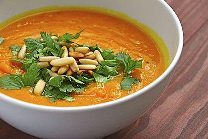 Kürbissuppe - geht auch ohne Ingwer und mit Sonnenblumen- statt Pinienkernen, außerdem ist eine Knobi-Zehe ganz lecker